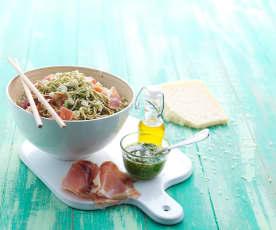 Noodles com pesto de rúcula, requeijão e presunto