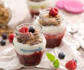 Deser owocowy z jogurtem naturalnym i domową granolą