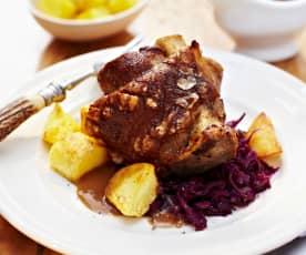 Schweinehaxen mit Kartoffeln und Malzsauce