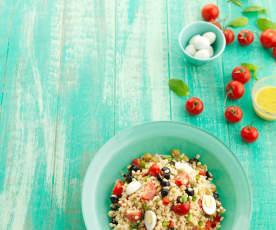 Salada de trigo com pimentos e azeitonas