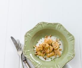 Gnocchi de cenoura com molho de gorgonzola e nozes