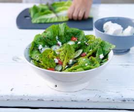 Salada de quinoa em folhas de alface
