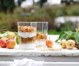 Parfait de iogurte, quinoa, maçã e crumble