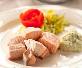 Dados de salmón al vapor con salsa de aguacate