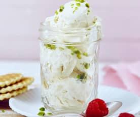Bílá čokoládová zmrzlina s čerstvým sýrem