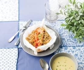 Papelote de salmão com noodles e creme de alho-francês