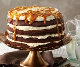 Brownie-Sahne-Torte mit gesalzener Karamellsauce