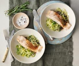 Noodles de curgete e salmão com vinagre balsâmico