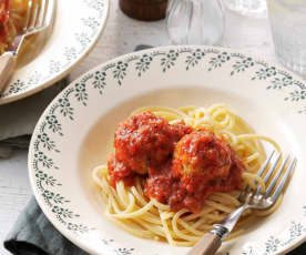 Kipballetjes in tomatensaus met spaghetti