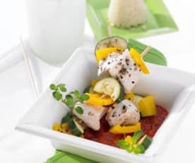 Huhn-Gemüse-Spieße mit Reis und Tomatensauce