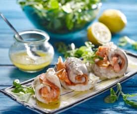 Závitky z tresky a lososa s česnekovou omáčkou