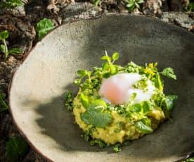 Krémová polenta s parmazánem, divoké bylinky a pošírované vejce