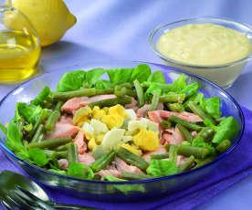 Salmone fresco in insalata di fagiolini e uova