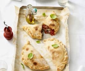 Calzone mit Tomaten, Käse und Schinken