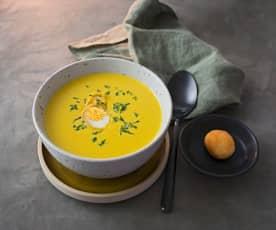 Winterliche Karottensuppe mit gebackenem Wachtelei