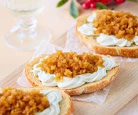 Montaditos de queso azul y manzana