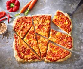 Pizza mit Gemüse und Chilikäse