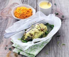 Papillote de bar aux épinards, sauce curcuma et purée de carotte