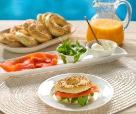Bagels con salmón ahumado y rúcula