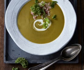 Grünkohlsuppe mit Salami-Zwiebel-Topping