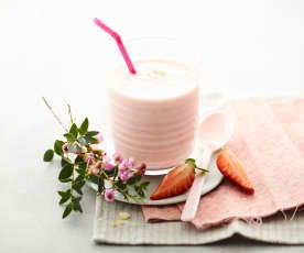 Boisson au lait de soja, fraises et amandes