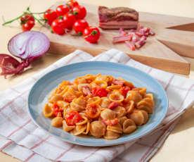 Orecchiette integrali con pomodori, bacon e cipolle