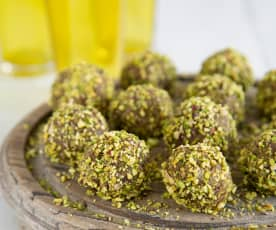 Date and pistachio truffles (Bethith)