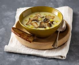 Erdäpfel-Pilz-Suppe mit Knoblauchbrot