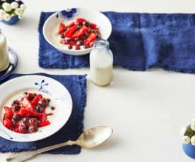 Erdbeer-Heidelbeer-Grütze mit Holundersauce