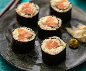 Sushi z kaszy bulgur z łososiem