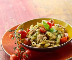 Pastasalade met tonijn en basilicumvinaigrette