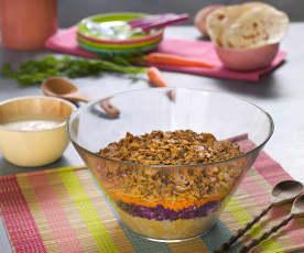 Sałatka z czerwonej kapusty, komosy ryżowej i wegetariańskich kiełbas