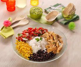 Sałatka meksykańska z ryżem, kurczakiem i guacamole