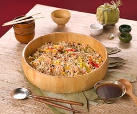 Orientalna sałatka z ryżem, krewetkami i kiełkami