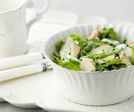 Salada de peru e pera com molho de iogurte e coentros