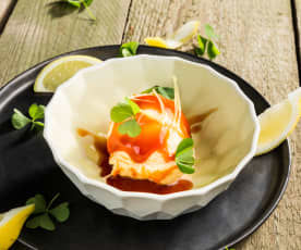 Buttermilch-Zitronen-Eis mit Hagebuttensauce