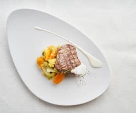 Bife de novilho grelhado com molho de queijo e pimenta e legumes salteados com maçã e ervas