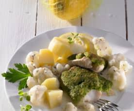 Ryba s bylinkovo-sýrovou krustou, bramborami a květákem