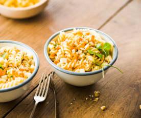 Nudelsalat mit Karotte, Apfel und Nuss
