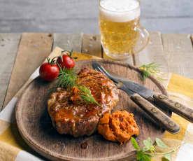 Schopfbratenkoteletts mit Knoblauch-Tomaten-Butter