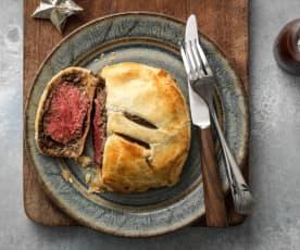 Beef Wellington mit Rotwein-Jus und Champignon-Duxelle