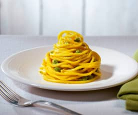 Spaghetti alla chitarra con piselli e curcuma (vegan)