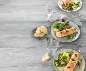 Filetto di salmone con insalata di erbe aromatiche