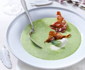 Rahmsuppe von grünen Erbsen mit Serranochips