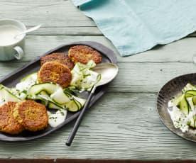 Grünkern-Frikadellen auf Zucchinisalat