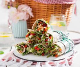 Rollsy z tortilli z serkiem chrzanowym, warzywami i łososiem