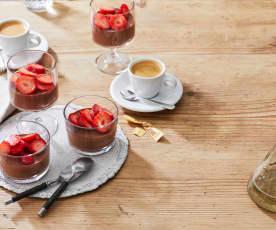 Schoko-Minz-Panna cotta mit Erdbeeren