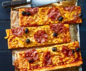 Family-Pizza mit Salami