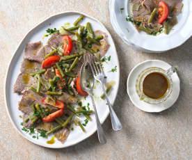 Lauwarmer Fisolen-Rindfleisch-Salat