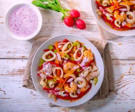 Insalata di mare con salsa allo yogurt e ravanelli